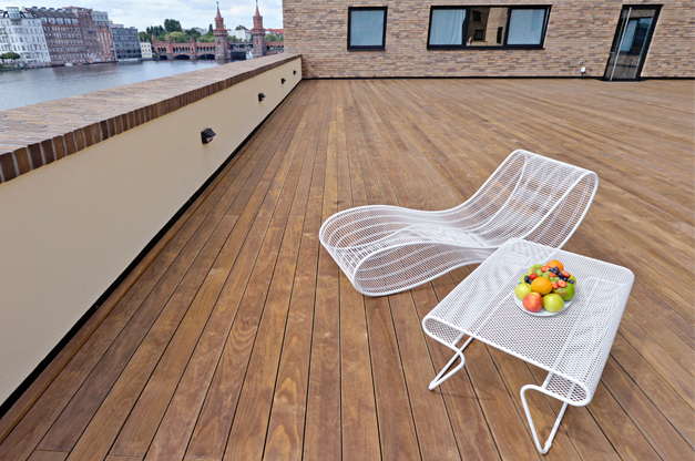 Kebony Terrasse mit Ausblick auf den Fluss, gemütliche Atmosphäre