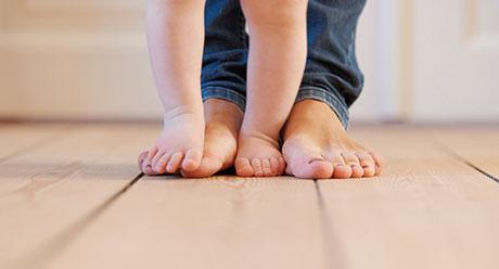 Mutter und Kind barfuß am SECA Holzboden