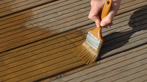 Reinigung und Pflege einer Holzterrasse